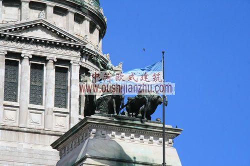 阿根廷布宜诺斯艾利斯国会大厦柱廊上的雕塑