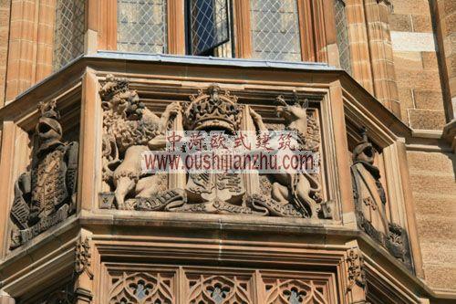 澳大利亚悉尼大学大楼中间钟楼上的雕塑