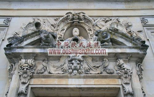 法国枫丹白露宫大套房正门门楣的雕塑