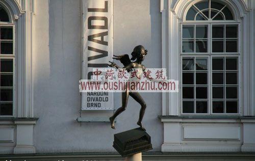 捷克布尔诺堡垒剧场前雕塑