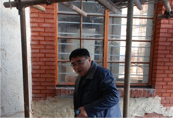 材料专家跟踪清水砖修复的除盐过程