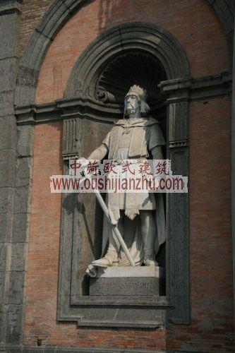 意大利拿玻里皇宫墙龛里的塑像