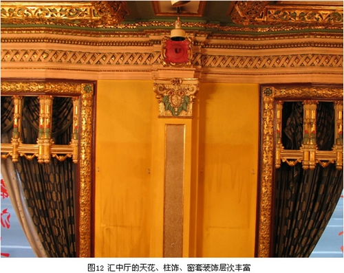 汇中厅的天花、柱饰、窗套装饰层次丰富