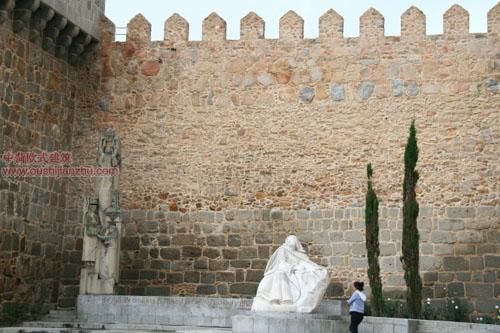 王宫门旁城墙下的汉白玉圣特蕾莎雕像