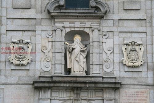 门楣上的圣特蕾莎修女雕像